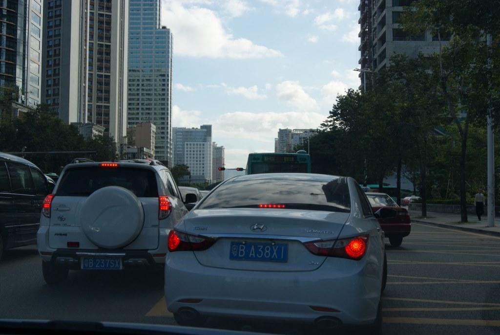 Перестроение автомобилей на дороге в Шэньчжэне обычно сопровождается звуковым сигналом
