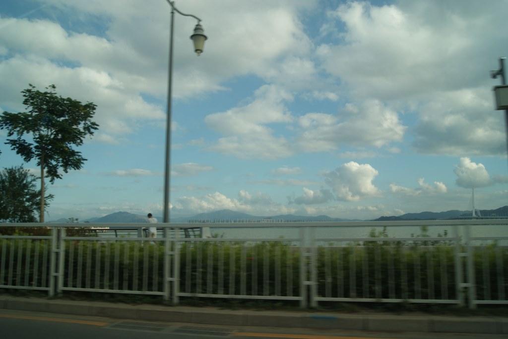 Небольшие горы на другой стороне залива Шэньчжэнь