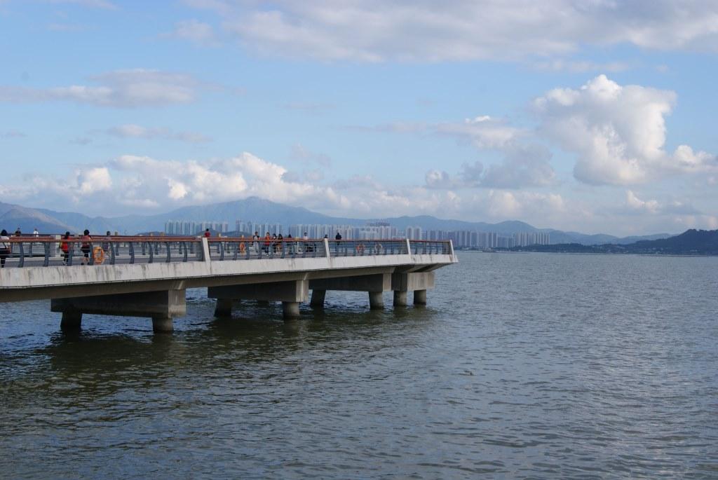 С набережной в залив Шэньчжэнь выходит бетонная конструкция для обзора залива