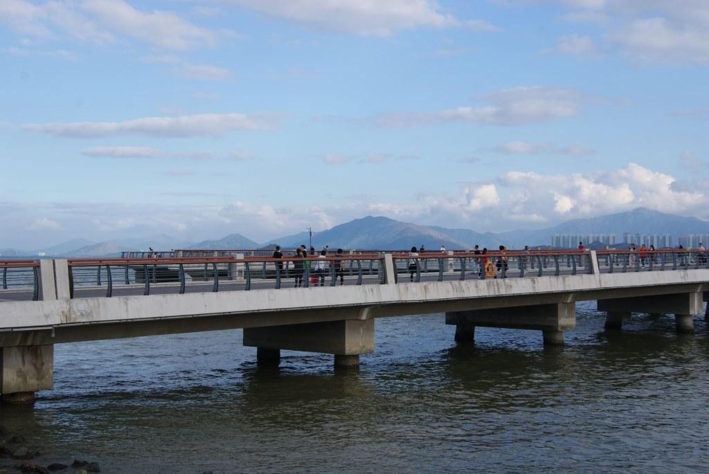 Жители города и туристы всегда с удовольствием осматривают залив Шэньчжэнь