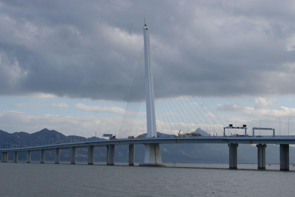 Мост между Шэньчжэнем и Гонконгом через залив