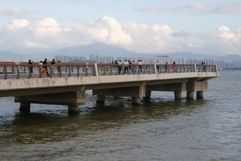 Посмотреть на залив Шэньчжэнь приходит много людей