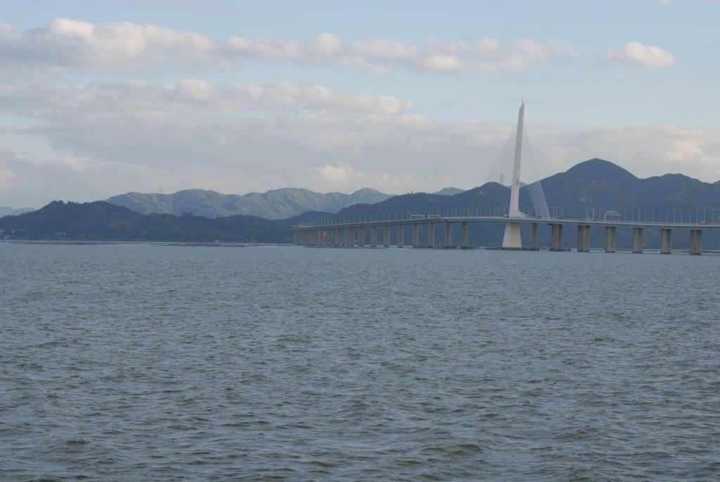 Мост через залив Шэньчжэнь теряется вдали