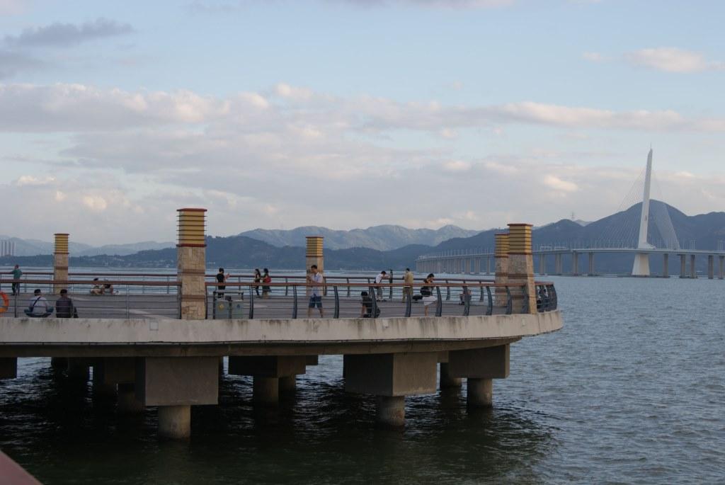 Одно из популярных обзорных мест для наблюдения со стороны Шэньчжэня