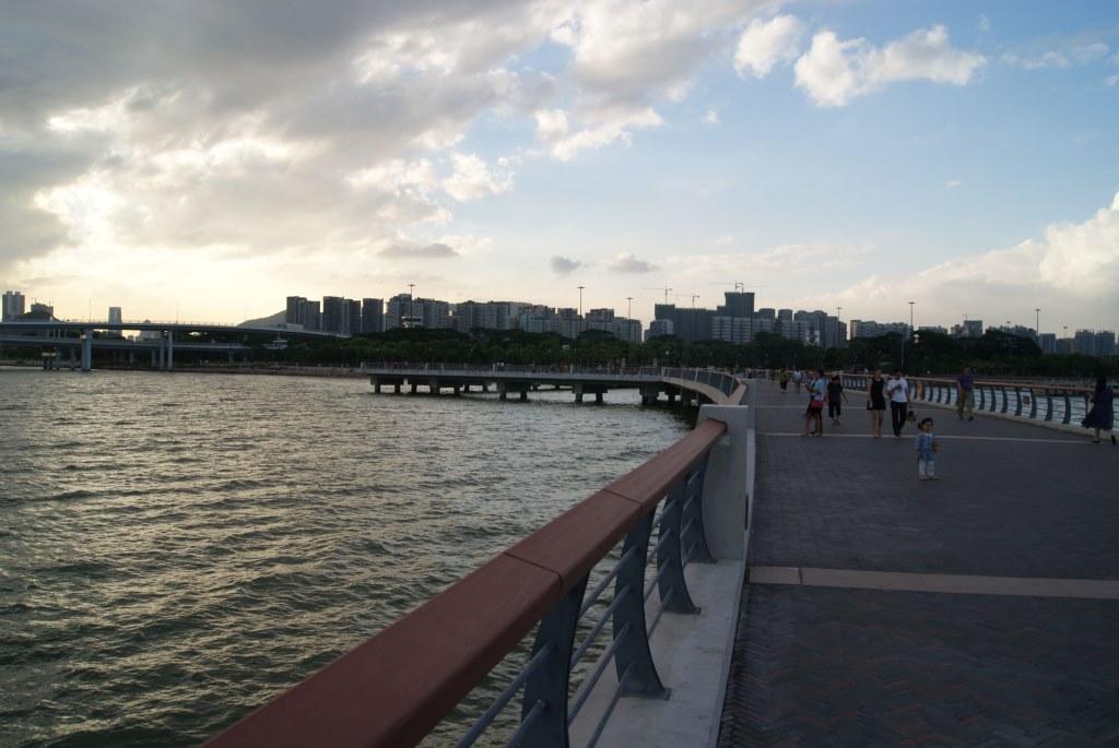С этой стороны мы пришли, вдали - район Шэньчжэня