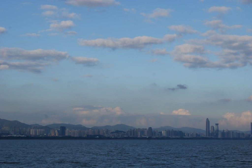 На горизонте видны красивые высотные задния Шэньчжэня