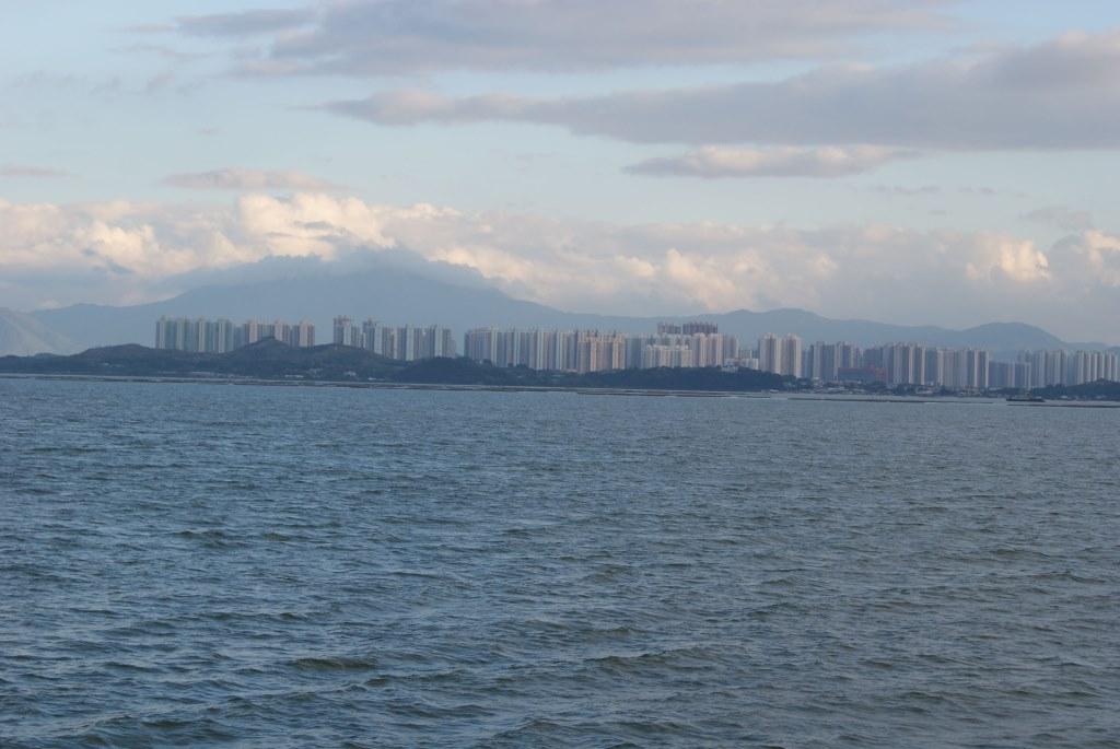 Высотки вдали на другом берегу залива – это район Тин-Шуй-Вай (Tin Shui Wai) Гонконга
