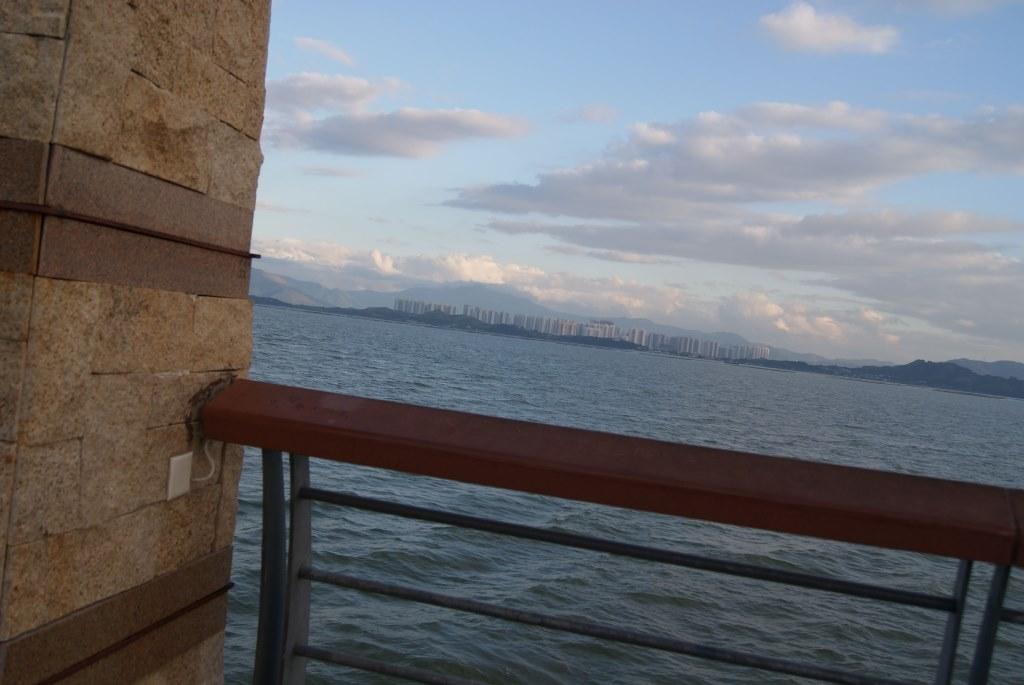 Возле этого столбика обычно фотографируюся на фоне Гонконга