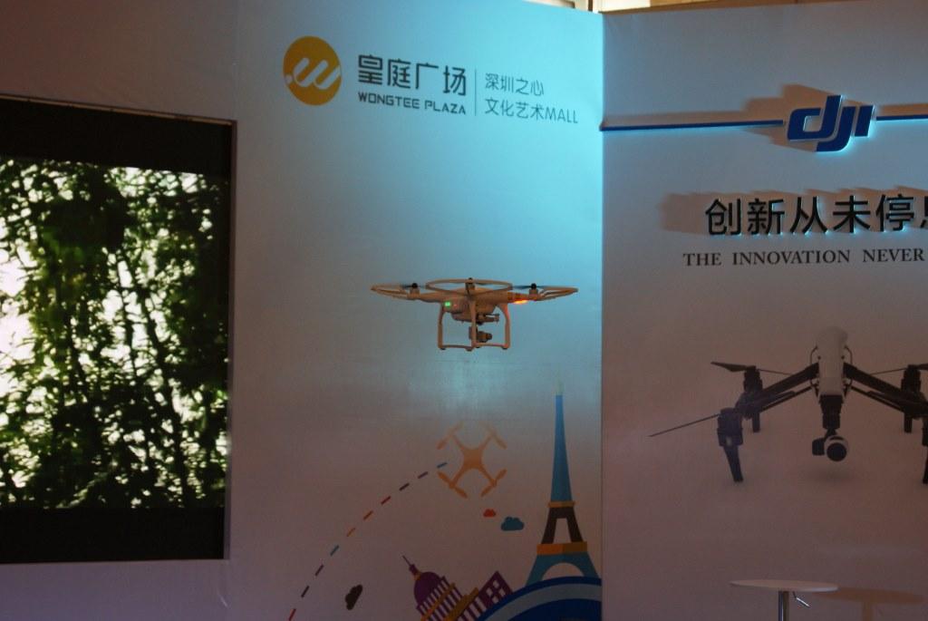 Наглядная демонстрация возможностей квадрокоптера DJI в торговом центре в Шэньчжэне