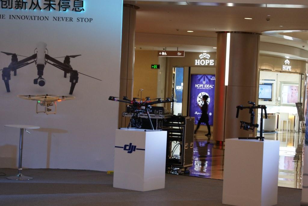 Квадрокоптеры DJI демонстрируются посетителям в торговом центре в Футяне, Шэньчжэнь