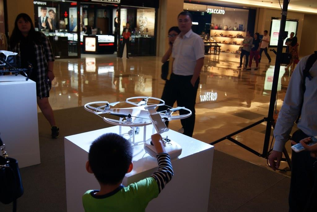 Паренёк проявляет огромный интерес к квадрокоптеру DJI Phantom в Шэньчжэне