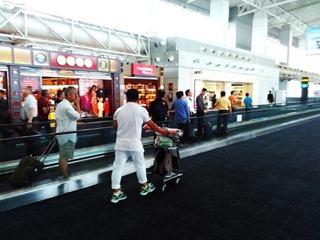 Движущаяся горизонтальная дорожка внутри здания аэропорта Гуанчжоу