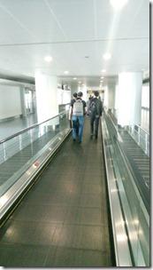Пассажиры следуют к пунктам проверки в аэропорту Байюнь